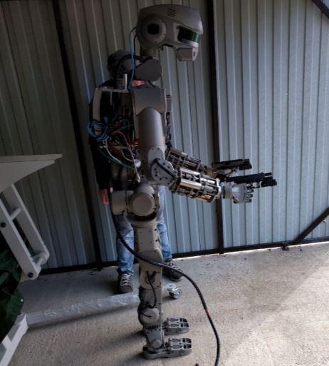 Robot militar Fedor creado por Rusia disparando con las dos manos