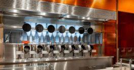 Robots en un local de Boston preparan comida saludable