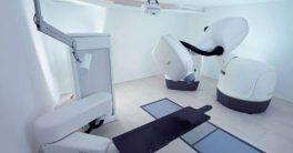 El sistema CyberKnife que permite operar un tumor benigno en cosa de minutos