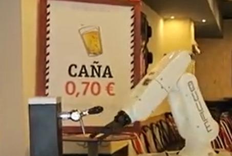 Un robot camarero sirve cervezas en Sevilla